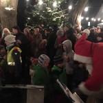 Der Nikolaus verteilt Geschenke